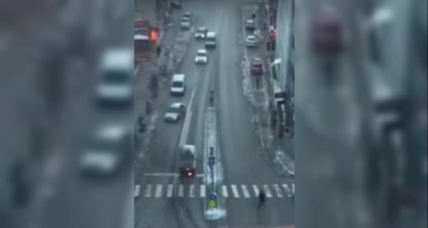 Niğde'de kırmızı ışıkta bekleyen araç yandı