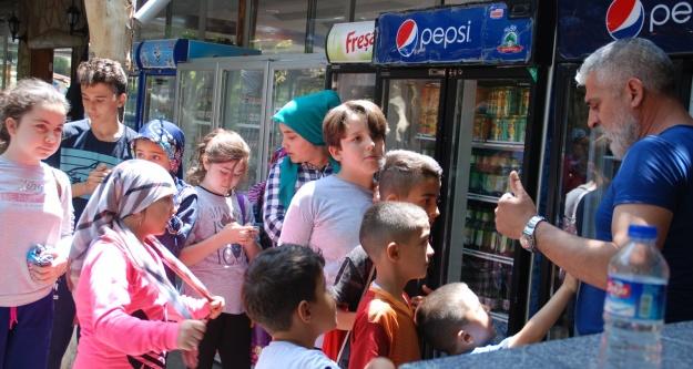 Camiye Gelen Çocuklara İçecekleri Öğretmenler Parkından