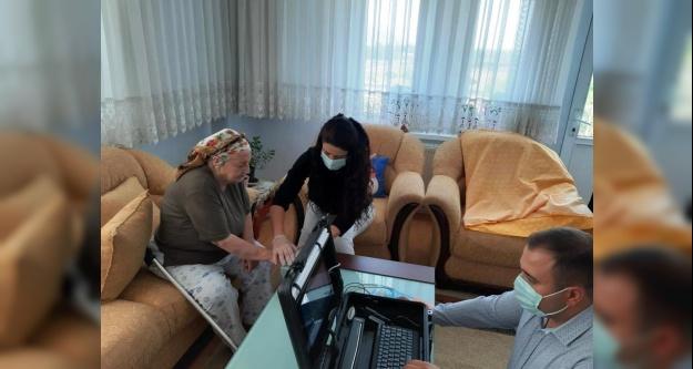 82 yaşındaki vatandaşın kimlik kartı başvurusu evinde alındı