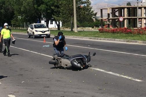 Motosikletle otomobil çarpıştı,1 ölü