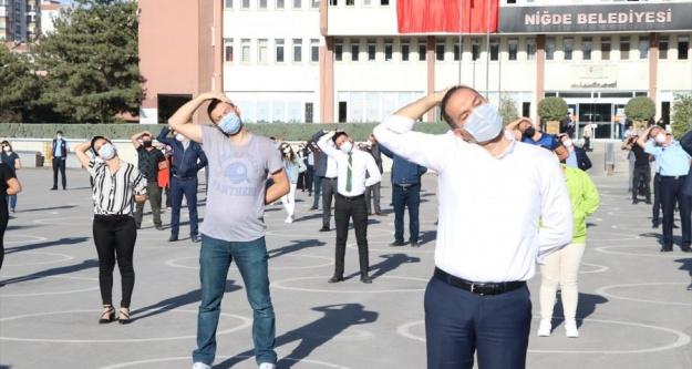 Niğde'de Belediye Personeli Mesaiye Spor Yaparak Başladı