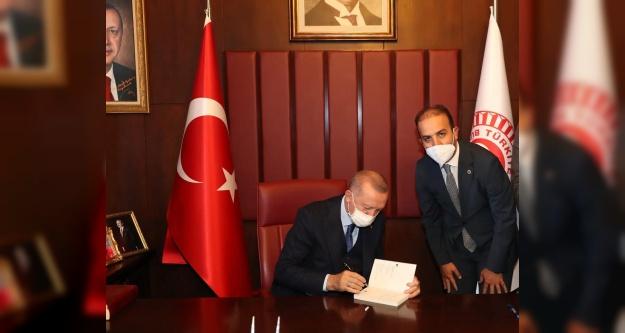 Cumhurbaşkanı Erdoğan, Gültekin'e kitabını imzaladı