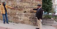 Niğdede 620 Yıllık Türbe Karalama Duvarı Oldu!