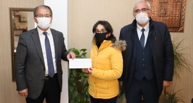 'Öğretmen Sevgisi' konulu yarışmada dereceye giren öğrencilere ödülleri verildi
