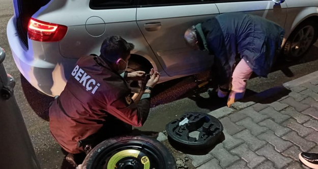 Lastiği patlayan araç sürücüsünün yardımına Bekçiler koştu