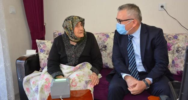 Niğde'de 96 yaşındaki Fatma Teyzenin kimlik başvurusu evinde alındı