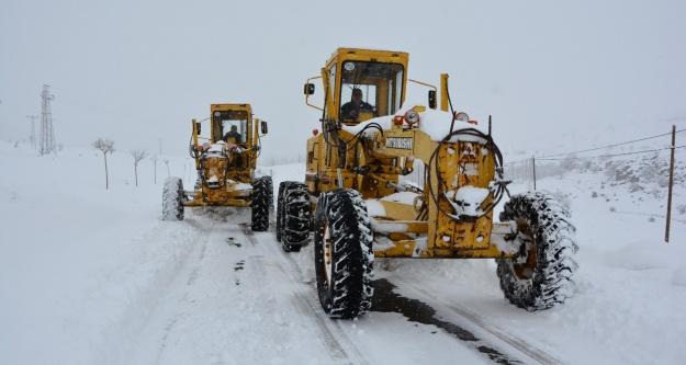 Niğde'de İki gündür etkisini sürdüren kar yağışı ve tipi dolayısıyla kapanan köy yolları İl Özel İdareye bağlı karla mücadele ekiplerinin çalışmaları sonucu ulaşıma açıldı.