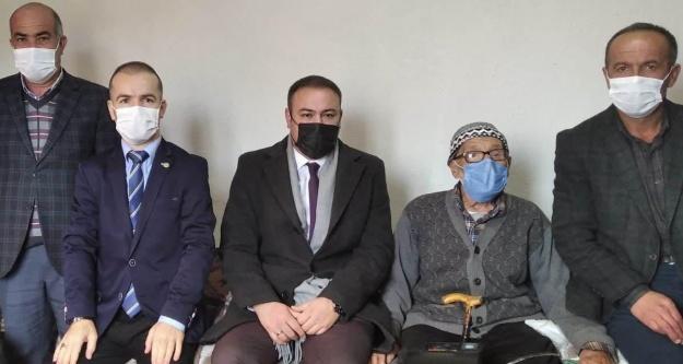 Altunhisar'da 96 Yaşındaki Ali Özkan'ın Kimlik Başvurusu Evinde Alındı
