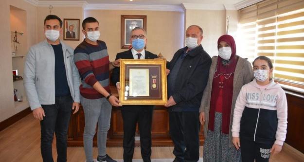 Valimiz Sayın Yılmaz Şimşek Şehidimizin Ailesine ve Gazimize Devlet Övünç Madalyası ve Beratı takdim etti.