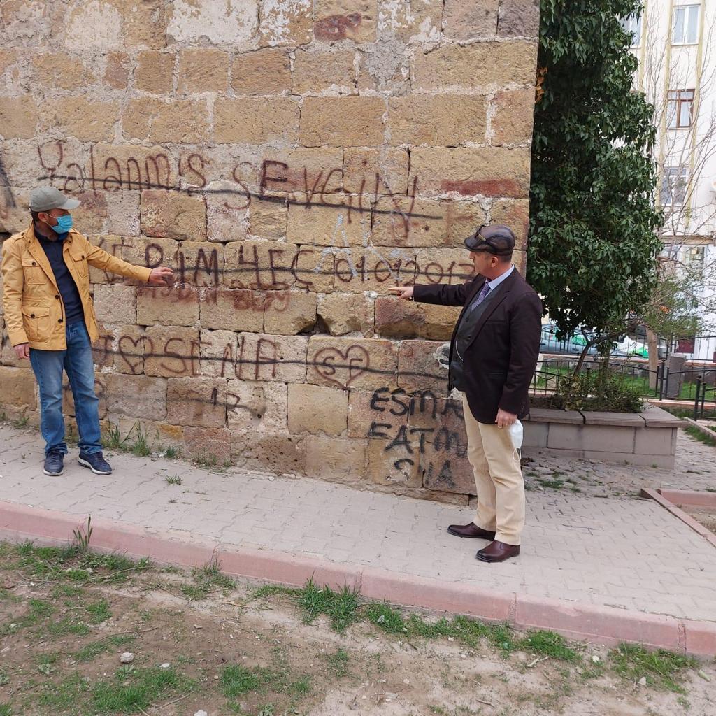 Niğde'de 620 Yıllık Türbe Karalama Duvarı Oldu!